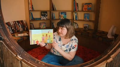 The storyteller show a picture from the book about Jesus